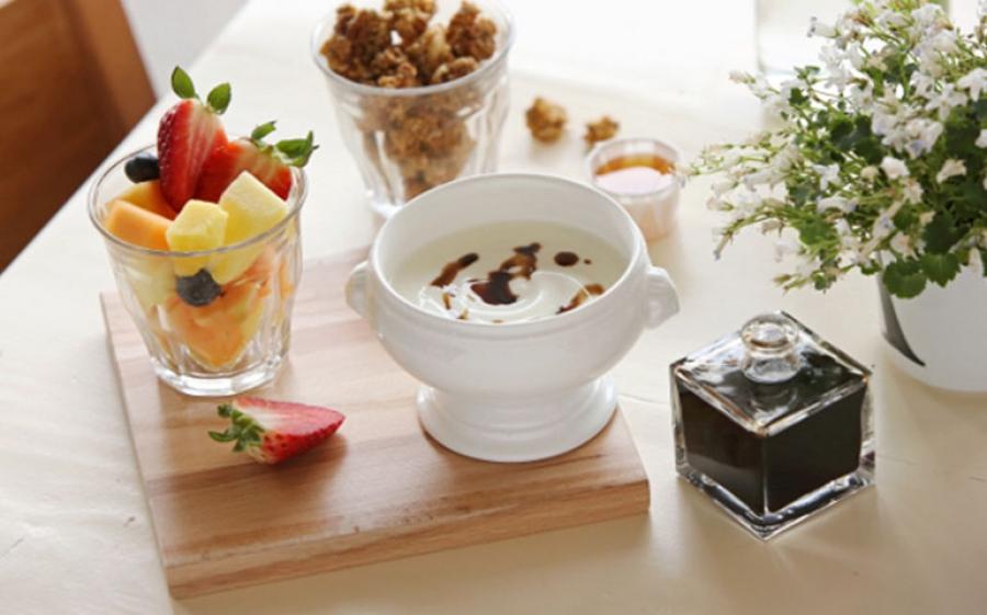 Yogurt di granola e insalata di frutta fresca