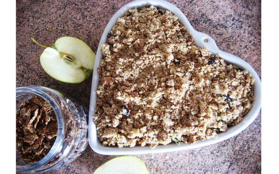Crumble di mele, uvetta, cannella e frutta secca
