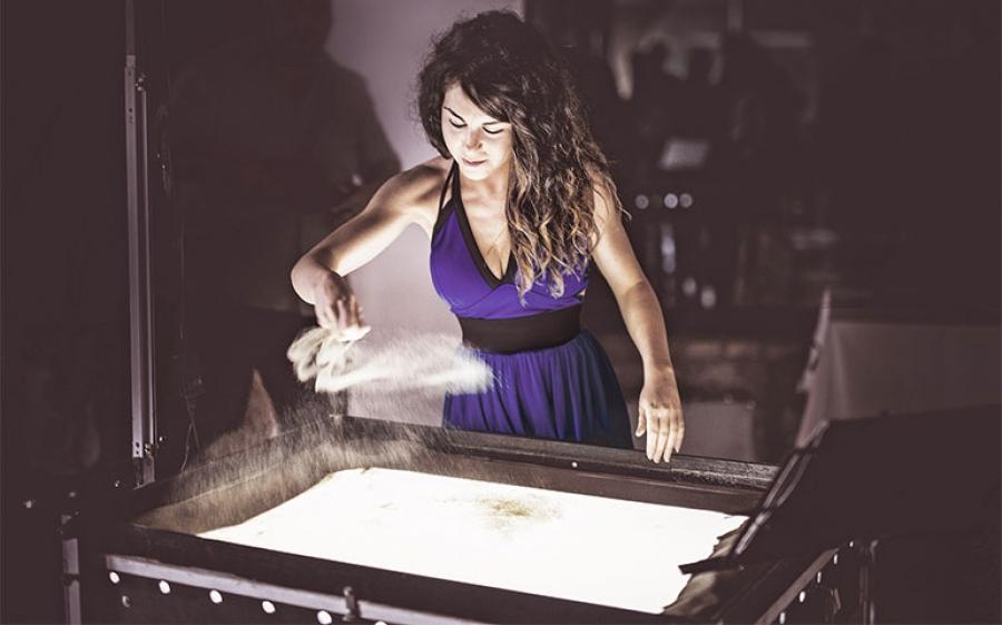 """""""Ho scritto Italia sulla sabbia"""": debutto per Eka con lo spettacolo di Sand Art al Teatro Delfino di Milano"""