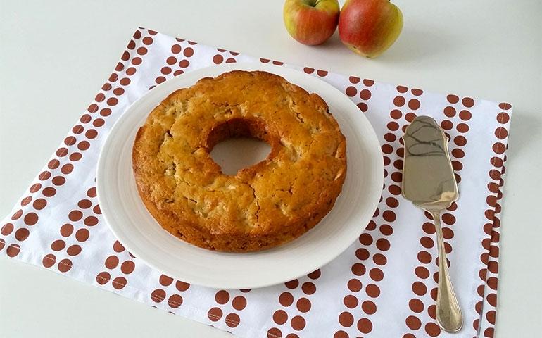 Torta di mele e uvetta con farina di kamut