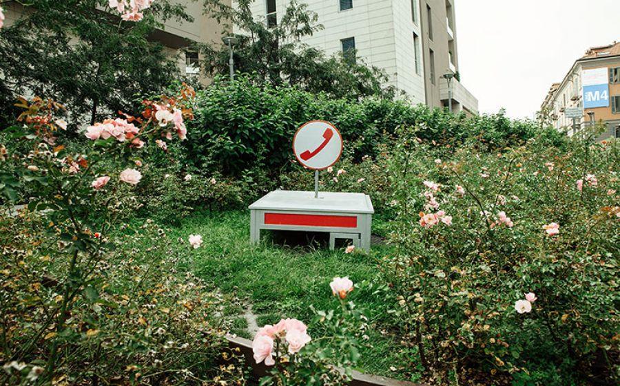 R.I.P: la cabina telefonica della SIP diventa un'opera curiosa e piena di nostalgia firmata Moronauta