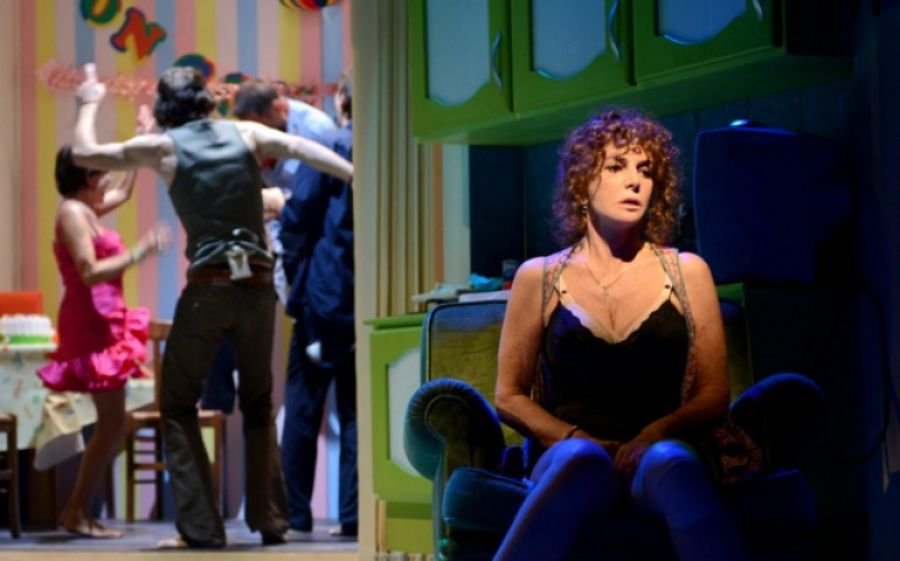 """""""Notturno di donna con ospiti"""", il racconto della periferia di Napoli al Teatro Franco Parenti"""