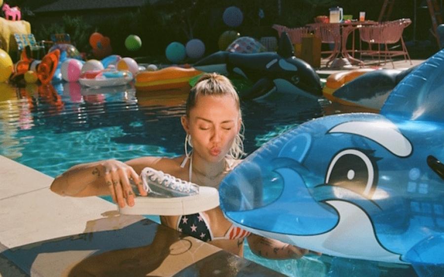 Converse in collaborazione con Miley Cyrus e Maisie Williams lancia il nuovo show Public Access