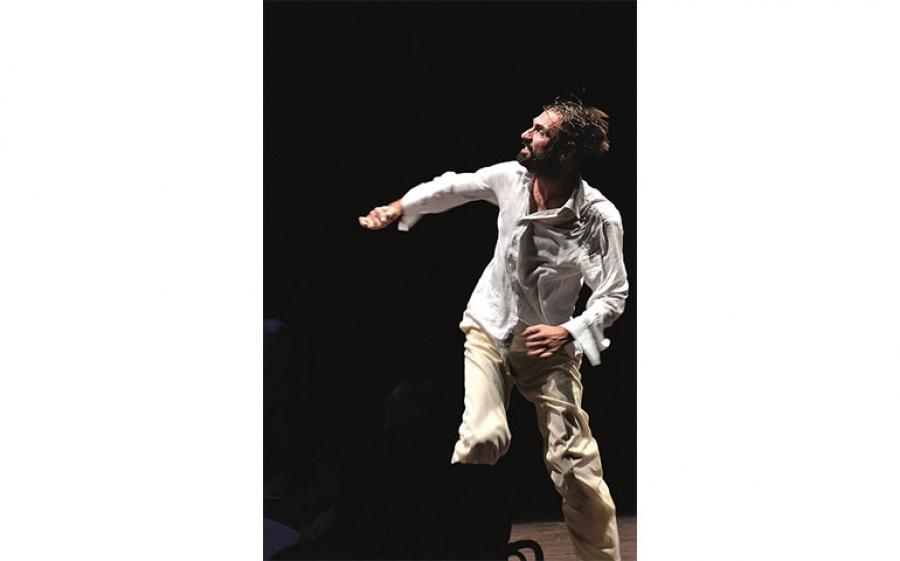 """Fabrizio Gifuni è """"Il Dio di Roserio"""" al Teatro Franco Parenti di Milano"""