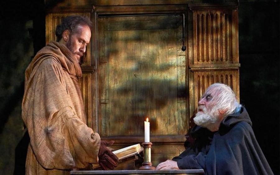 Il nome della rosa, il capolavoro di Umberto Eco arriva in scena al Teatro Franco Parenti di Milano