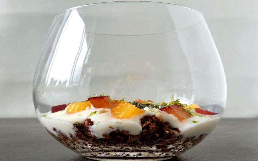 Ricetta: Crumble crudo con susine e crema di yogurt al lime