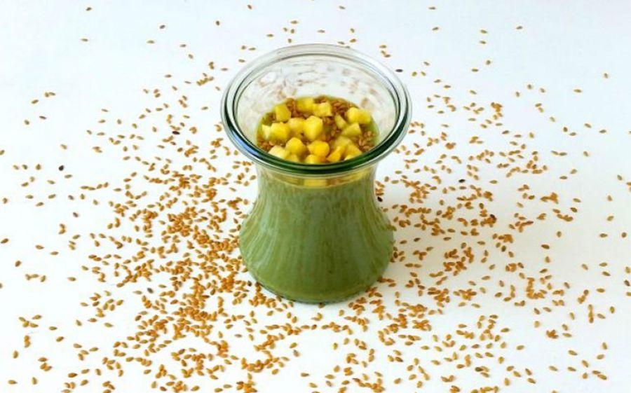 Smoothie al Pompelmo rosa, Ananas, semi di lino, spirulina e yogurt