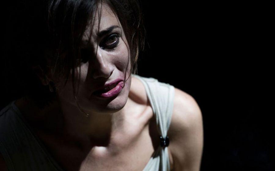 Al Teatro Menotti di Milano Anna Foglietta racconta Alda Merini con lo spettacolo La pazza della porta accanto