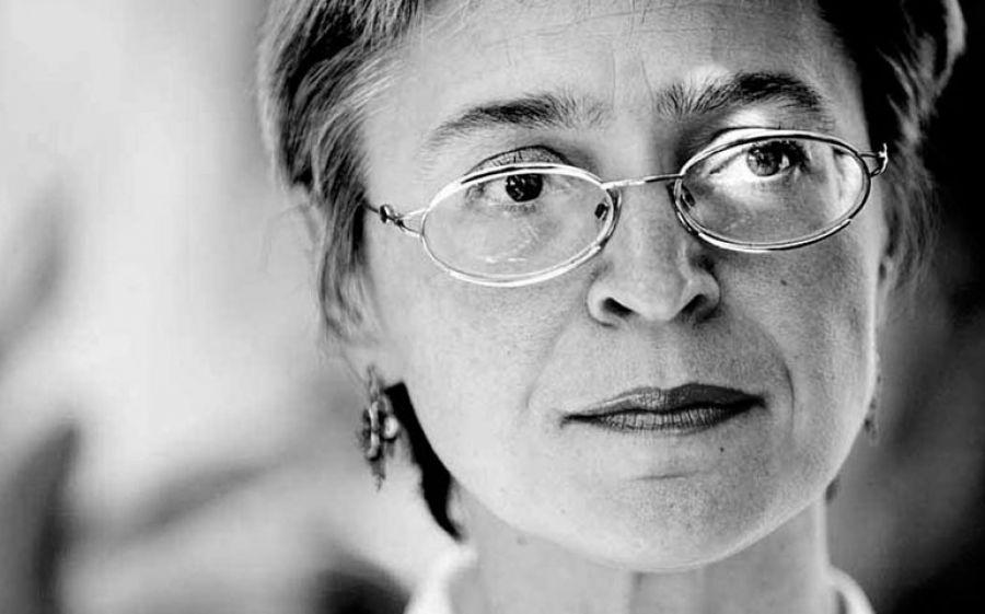 Ottavia Piccolo è Anna Politkovskaya nello spettacolo Donna Non Rieducabile al Teatro Carcano di Milano