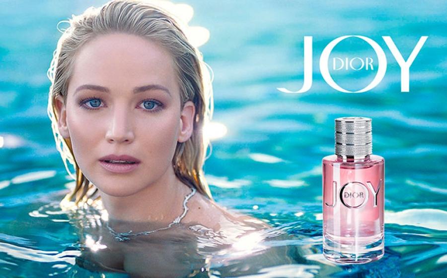 Jennifer lawrence la nuova testimonial di joy by dior for Casa francese di abiti e profumi