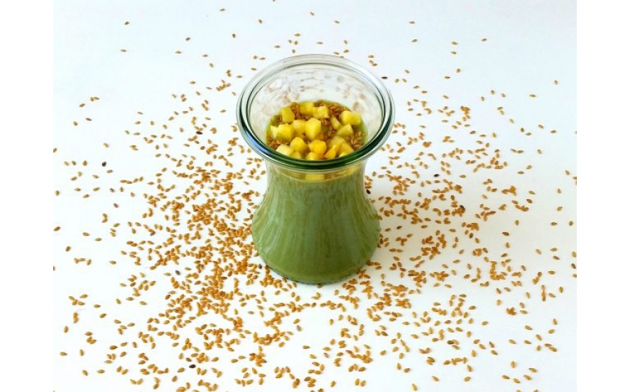 Ricetta smoothie al pompelmo rosa, ananas, semi di lino, spirulina e yogurt