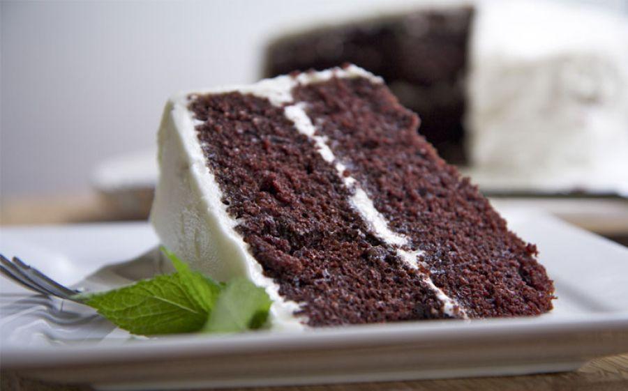 Mini devil's food cake con cioccolato fondente e fragole (decorata con pasta di zucchero nera e  rossa)